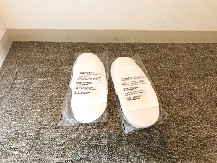 仙台ロイヤルパークホテル客室「ラグジュアリーツイン」ガーデンサイド_クローゼット_使い捨てスリッパ