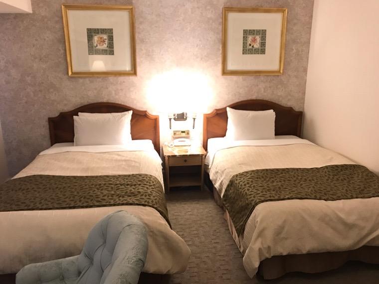 仙台ロイヤルパークホテル客室「ラグジュアリーツイン」ガーデンサイド_ベッド1