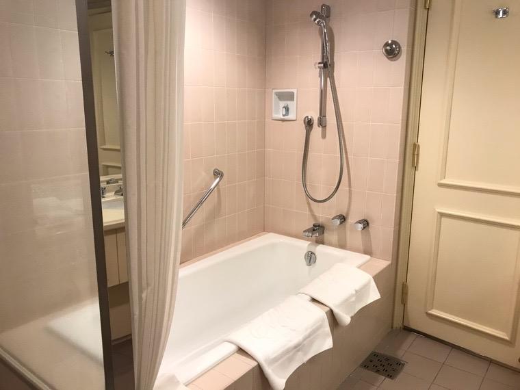 仙台ロイヤルパークホテル客室「ラグジュアリーツイン」ガーデンサイド_バスルーム_バスタブ