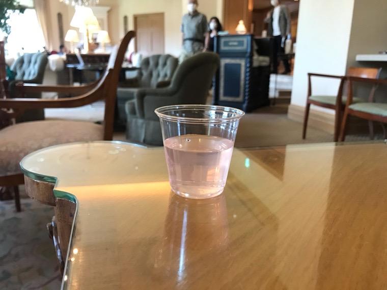 仙台ロイヤルパークホテル宿泊者ラウンジ「フォンテーヌ」ウェルカムドリンク「ローズの香りづけレモネード」