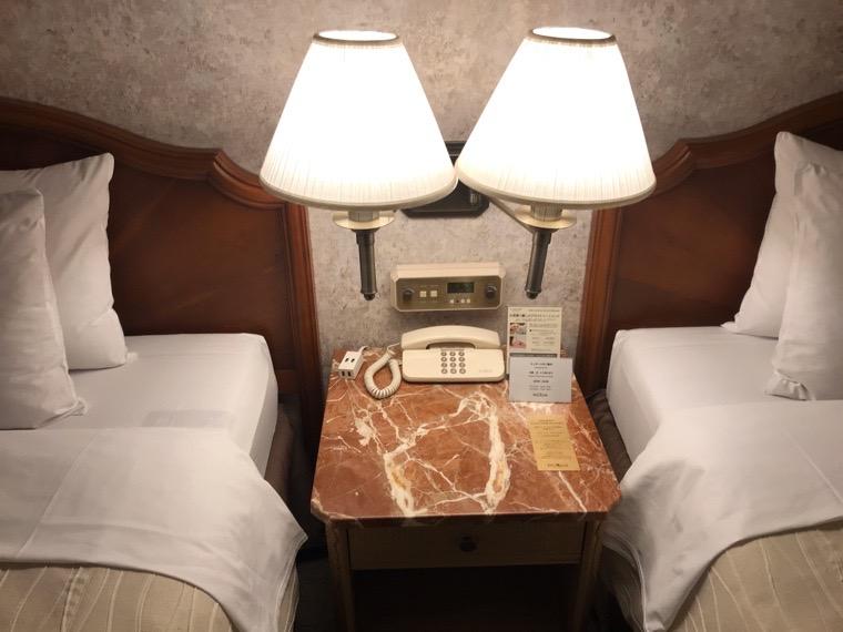 仙台ロイヤルパークホテル客室「ラグジュアリーツイン」ガーデンサイド_ベッドサイドテーブル1