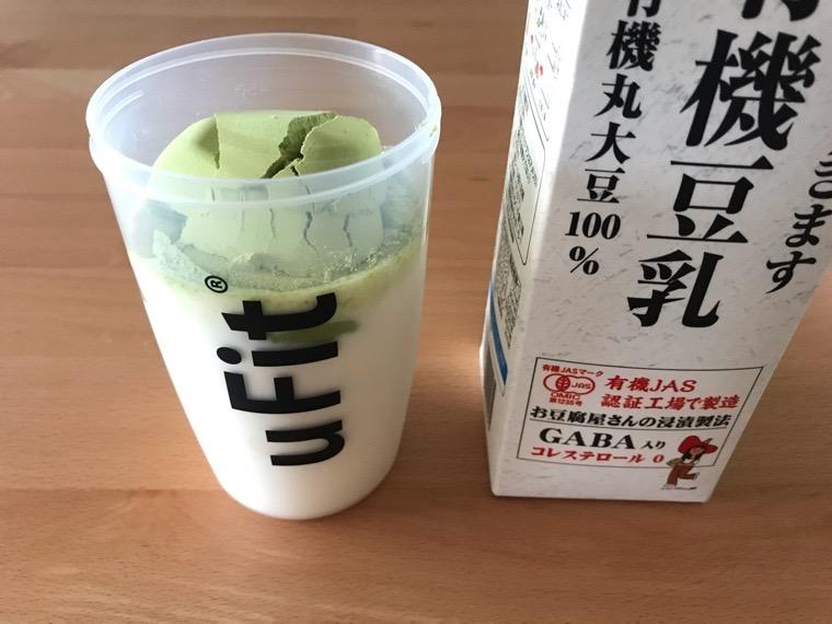完全食uFit(ユーフィット)_uFit完全栄養食の飲み方・味_豆乳と混ぜる_uFit完全栄養食をスプーン4杯入れる