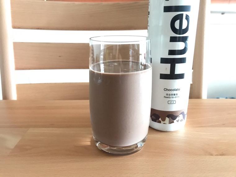 完全食Huel Ready-to-drink_味わい・腹持ち_チョコレート_グラスに注いだ状態