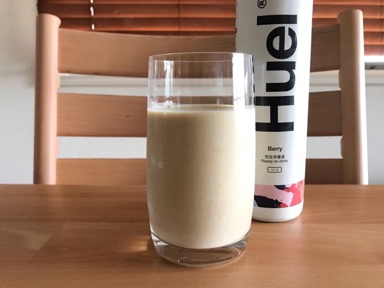 完全食Huel Ready-to-drink_味わい・腹持ち_ベリー_グラスに注いだ状態
