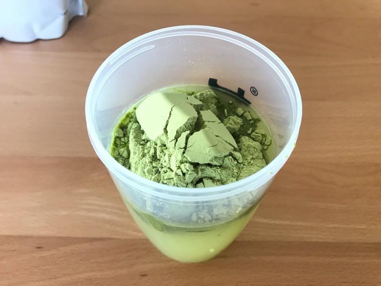完全食uFit(ユーフィット)_uFit完全栄養食の飲み方・味_水と混ぜる_uFit完全栄養食をスプーン4杯入れる