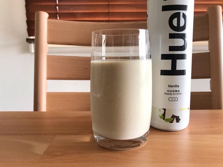 完全食Huel Ready-to-drink_味わい・腹持ち_バニラ_グラスに注いだ状態