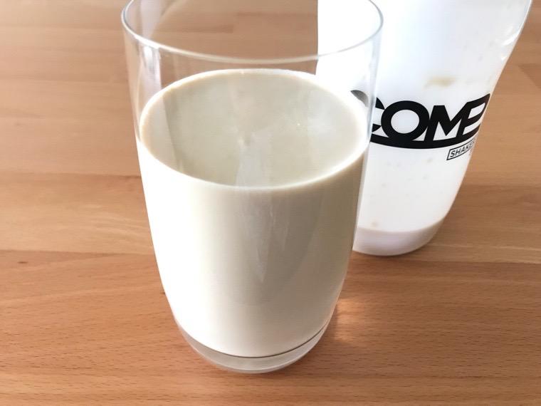 COMP Flavor(コンプフレーバー)_作り方・味わい_LC+ロイヤルミルクティー風味_コップに注いだ状態
